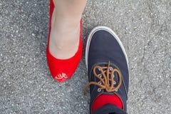 Chaussures d'un couple se tenant vis-à-vis de l'un l'autre Photo stock