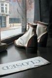 Chaussures dans l'hublot de mémoire - fermé image libre de droits