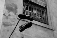 Chaussures dans la corde Photos stock