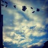 Chaussures dans le ciel Images stock
