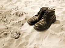 Chaussures dans le sable Photos stock