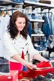 Chaussures de achat de femme dans la boutique Photographie stock libre de droits
