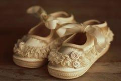 Chaussures de bébé de cru sur le fond en bois photos stock