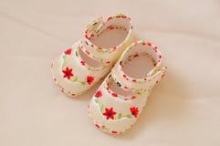 Chaussures de bébé de fleur Photographie stock libre de droits