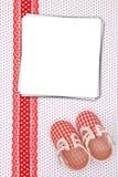 Chaussures de bébé et cartes de papier Photos stock
