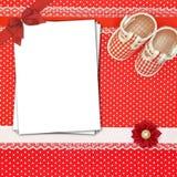 Chaussures de bébé et cartes de papier Photos libres de droits