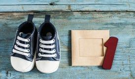 Chaussures de bébé sur le fond en bois Photos stock