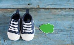 Chaussures de bébé sur le fond en bois Photographie stock libre de droits