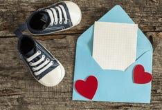 Chaussures de bébé sur le fond en bois Photo stock