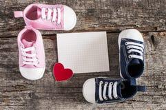 Chaussures de bébé sur le fond en bois Photos libres de droits