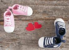 Chaussures de bébé sur le fond en bois Image stock