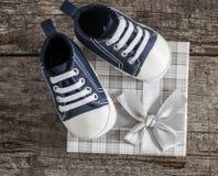 Chaussures de bébé sur le fond en bois Images stock