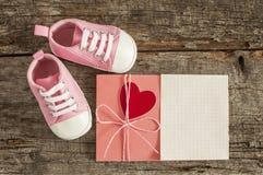 Chaussures de bébé sur le fond en bois Photographie stock