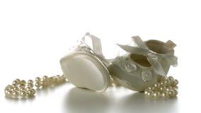 Chaussures de bébé tombant sur la ficelle des perles banque de vidéos
