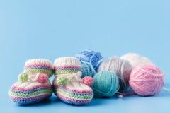 Chaussures de bébé de tricotage avec le fil multicolore Image libre de droits