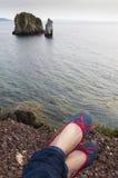 Chaussures de ballerine dans le premier plan contre le contexte de la falaise Image libre de droits