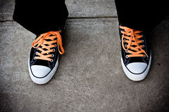 Chaussures de basket-ball noires et oranges Photo libre de droits