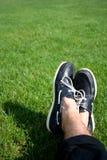 Chaussures de bateau sur l'herbe Image libre de droits