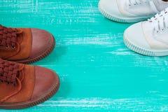 Chaussures de beaucoup de toile de chaussures ou d'espadrilles sur le plancher en bois de vintage ou Photo libre de droits