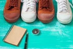 Chaussures de beaucoup de toile de chaussures ou d'espadrilles sur le plancher en bois de vintage ou Image libre de droits