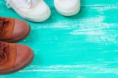 Chaussures de beaucoup de toile de chaussures ou d'espadrilles sur le plancher en bois de vintage ou Image stock