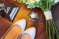 Chaussures de bouquet et de jeune mariée de mariage Photos libres de droits