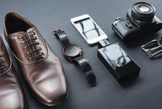 Chaussures de Brown, appareil-photo de film, téléphone, horloge, parfume Image stock