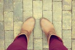 Chaussures de Brown de vue aérienne sur le trottoir de bloc de béton Photographie stock libre de droits