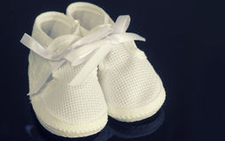 Chaussures de butins de nourrissons de bébé Image libre de droits