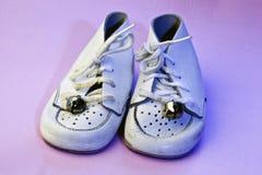 Chaussures de chéri de cru sur le rose Images libres de droits