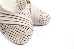 Paires de chaussures de couleur claire sur un fond blanc Photo libre de droits