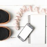Chaussures de course, bande de mesure, carnet et téléphone Images libres de droits