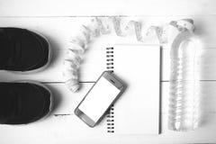 Chaussures de course, bande de mesure, eau potable, carnet et téléphone b Image stock