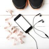 Chaussures de course, bande de mesure et téléphone Photo stock