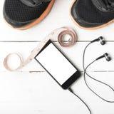 Chaussures de course, bande de mesure et téléphone Photos libres de droits