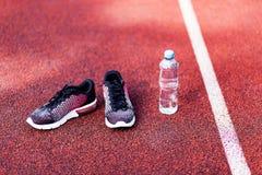 Chaussures de course et bouteille de l'eau image libre de droits