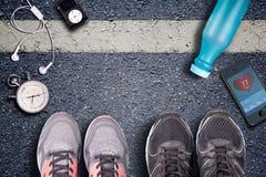 Chaussures de course et chronomètre Impulsion de petit morceau de moniteur et de montre de taux de cerf Image stock