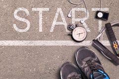 Chaussures de course et chronomètre Impulsion de petit morceau de moniteur et de montre de taux de cerf Prêt à fonctionner Foncti Images stock