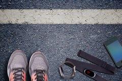 Chaussures de course et chronomètre Impulsion de petit morceau de sonde et de montre de taux de cerf Prêt à fonctionner Photographie stock libre de droits