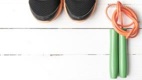 Chaussures de course et corde à sauter Photographie stock