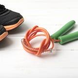 Chaussures de course et corde à sauter Photo stock