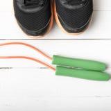 Chaussures de course et corde à sauter Images stock