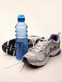 Chaussures de course et eau Photographie stock libre de droits