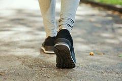 Chaussures de course femelles de plan rapproché sur les pieds Images libres de droits