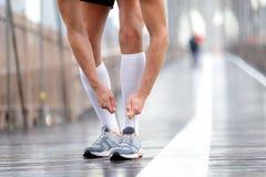 Chaussures de course - homme de coureur attachant des dentelles, New York Photos stock