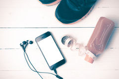 Chaussures de course, jus d'orange, bande de mesure et ton de vintage de téléphone Images stock