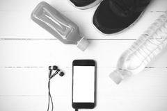 Chaussures de course, jus d'orange, eau potable et noir et wh de téléphone Photos libres de droits