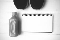 Chaussures de course, jus d'orange et colo noir et blanc de ton de bloc-notes Images libres de droits