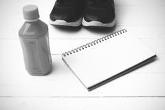 Chaussures de course, jus d'orange et colo noir et blanc de ton de bloc-notes Image stock