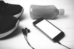 Chaussures de course, jus d'orange et couleur de ton noire et blanche de téléphone Photographie stock